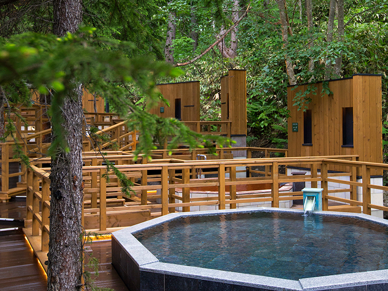 【森の散歩湯WOOD SPA】温泉に浸かりながらの森林浴はいかがでしょうか。