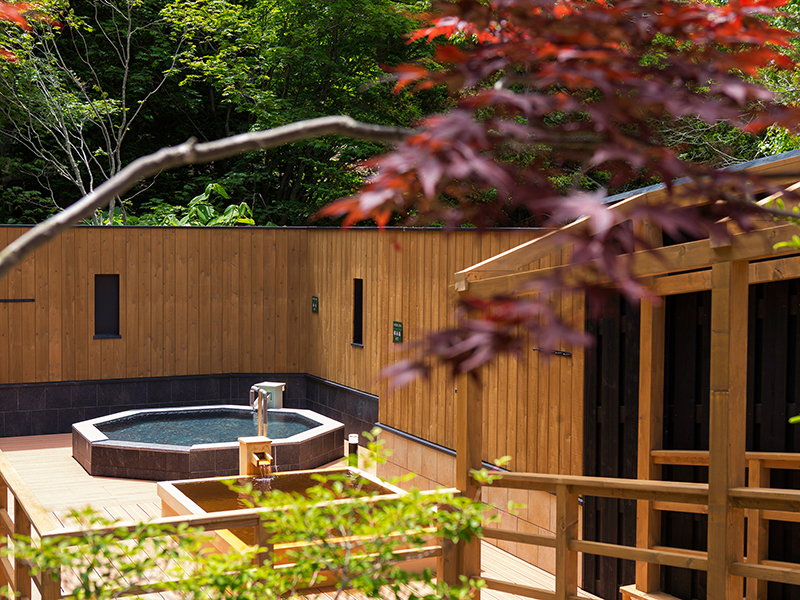 【森の散歩湯WOOD SPA】露天風呂は石造りや檜など、浴槽によっても趣きが異なります。